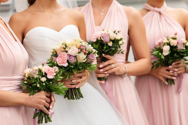 Panna młoda i druhny z bukietami w dniu ślubu