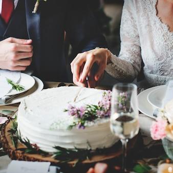 Panna młoda i pan młody cięcia ciasta na wesele