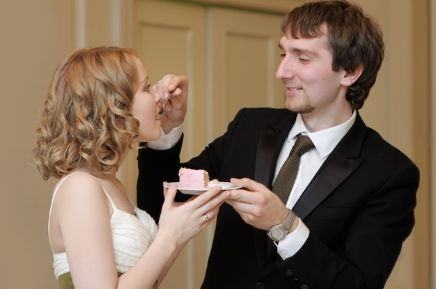 Panna młoda i pan młody je ich słodki tort weselny