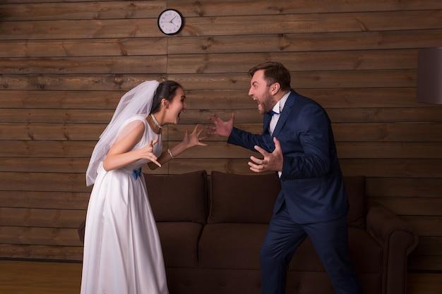 Panna młoda i pan młody krzyczą na siebie. nowożeńcy złożone relacje