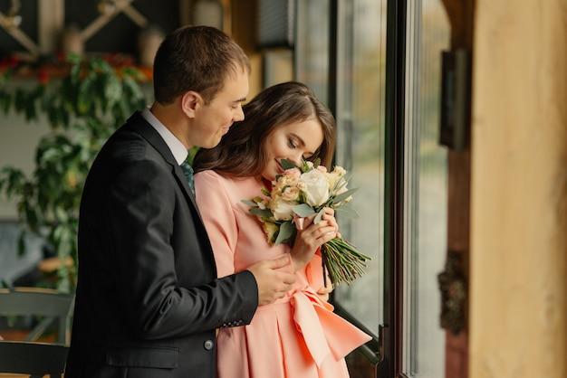 Panna młoda i pan młody pierwsze spotkanie pierwszego spojrzenia pary ślubnej rano w kawiarni. para ślub w miłości.