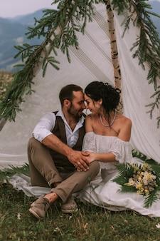 Panna młoda i pan młody siedzi w chacie weselnej