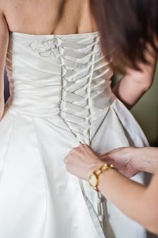Panna młoda ma na sobie luksusową suknię ślubną