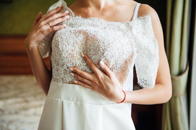 Panna młoda. przygotowania suknia ślubna.