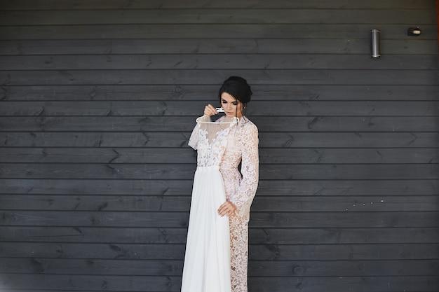 Panna młoda przymierza suknię ślubną