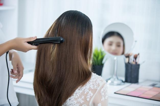 Panna młoda robi włosy z sukienką