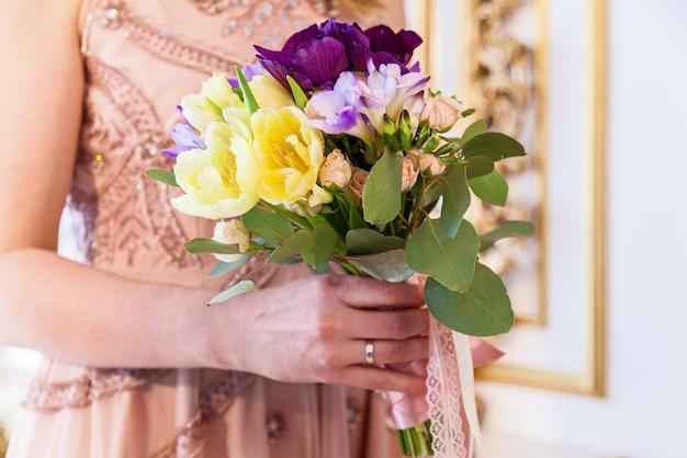 Panna młoda trzyma bukiet kwiatów, bukiet ślubny. bukiet panny młodej gospodarstwa.