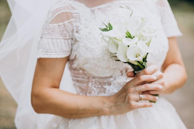 Panna młoda trzyma jej bukiet w jej dniu ślubu