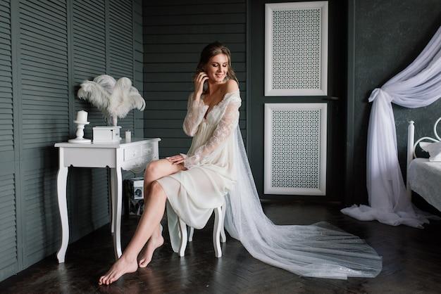 Panna młoda w białej bieliźnie, leżąc na łóżku w swojej sypialni