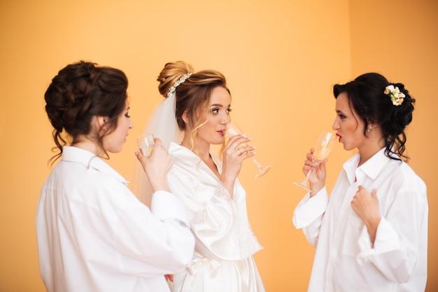 Panna młoda w białej sukni pozuje podczas gdy przygotowywający dla ślubnej ceremonii