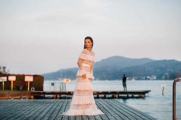 Panna młoda w białej sukni ślubnej na starym mieście velden am w rthersee.model w sukni ślubnej w austrii.alps.