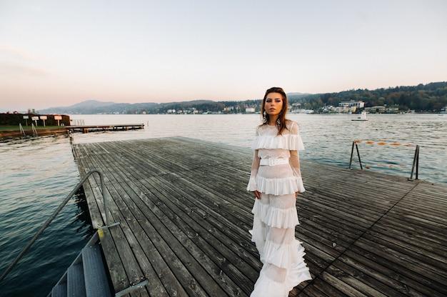 Panna młoda w białej sukni ślubnej na starym mieście w velden am w rthersee.model w sukni ślubnej w austrii.alps.