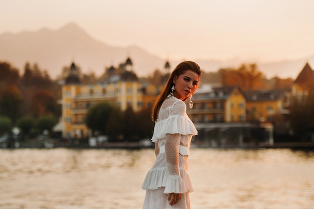 Panna młoda w białej sukni ślubnej na starym mieście