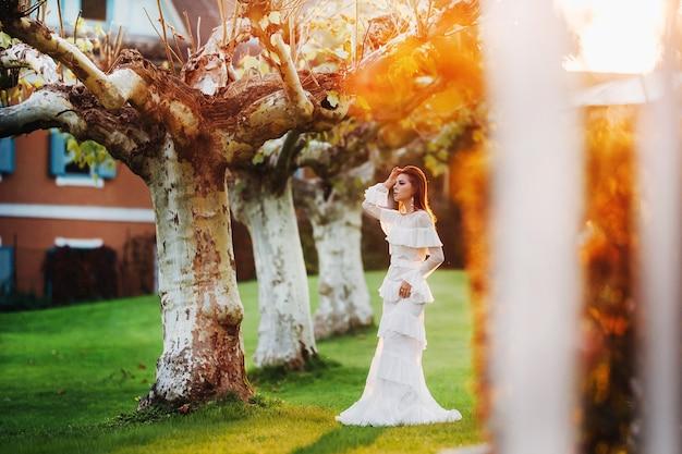 Panna młoda w białej sukni ślubnej w lesie