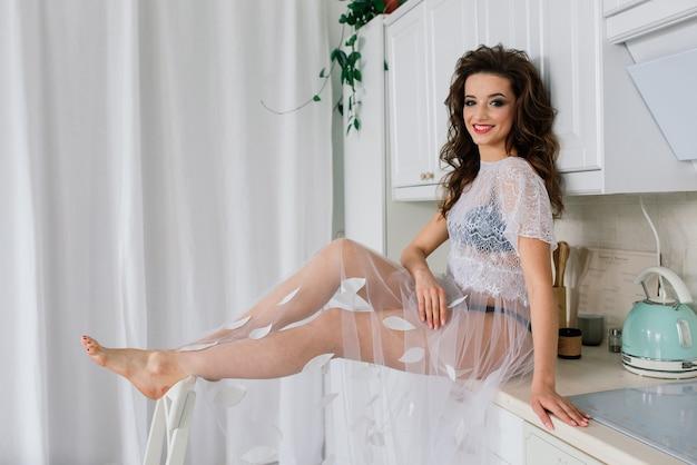 Panna młoda w białej sukni ślubnej we wnętrzu willi na weselu