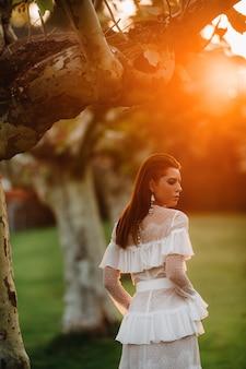 Panna młoda w białej sukni ślubnej z paskiem na starym mieście w velden am werter see. modelka w austriackiej sukni ślubnej. alps.