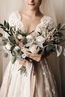 Panna młoda w niesamowitej sukni ślubnej z pięknym bukietem