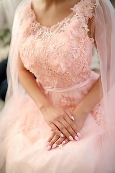 Panna młoda w różowej sukience