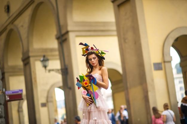 Panna młoda w różowej sukni ślubnej z niezwykłym bukietem i dekoracją w gorova we florencji we włoszech.