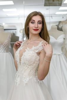 Panna młoda w sukni ślubnej pasującej do niej w atelier