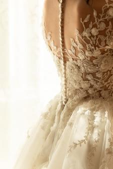 Panna młoda w sukni ślubnej z koronką