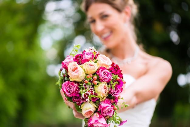Panna młoda w sukni z bridal bukietem