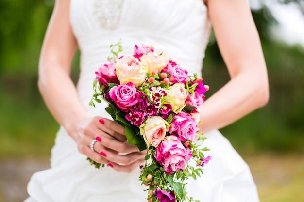 Panna młoda w sukni z bukietem ślubnym