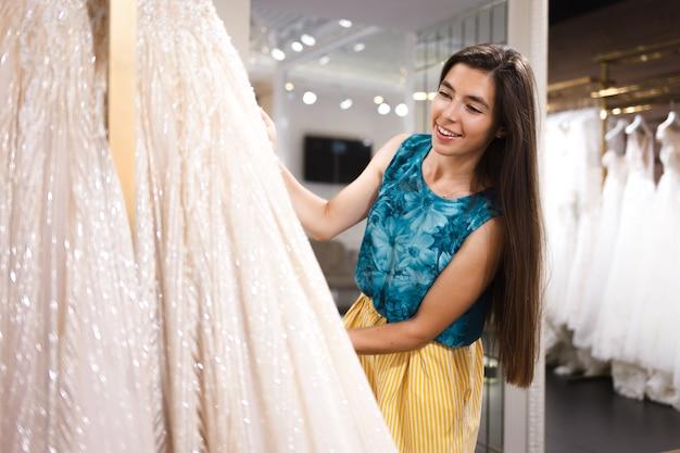 Panna młoda wybiera sukienkę