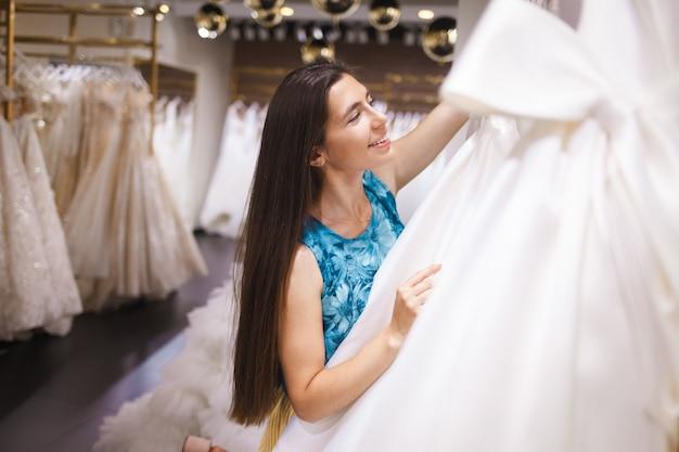 Panna młoda wybiera suknię w butiku ślubnym