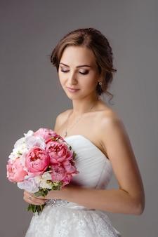 Panna młoda z bukiet ślubny