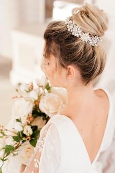 Panna młoda z bukietem kwiatów