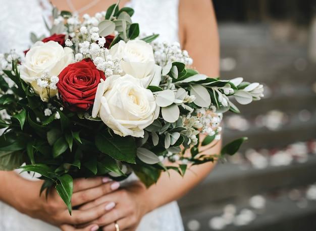 Panna młoda z bukietem róż