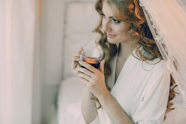 Panna młoda z kieliszkiem wina