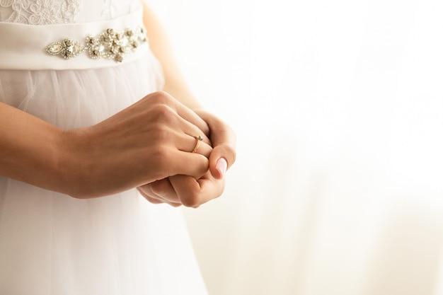 Panna młoda z pierścionkiem zaręczynowym w dniu ślubu.