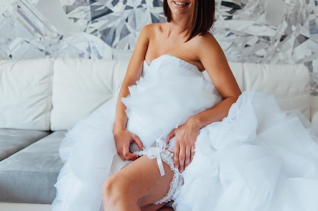 Panna młoda zakłada podwiązkę ślubną