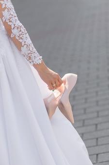 Panna młoda zdjęła niewygodne buty i chodziła boso