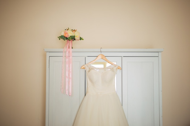 Panny młode ubierają się na wieszaku w pokoju