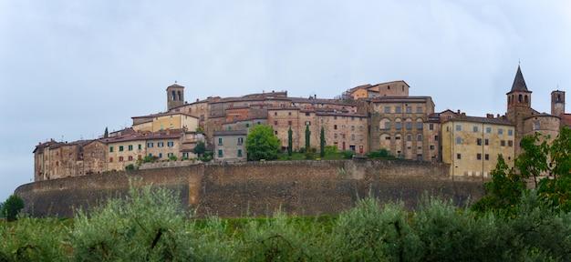 Panorama anghiari średniowieczna wioska w tuscany, włochy -