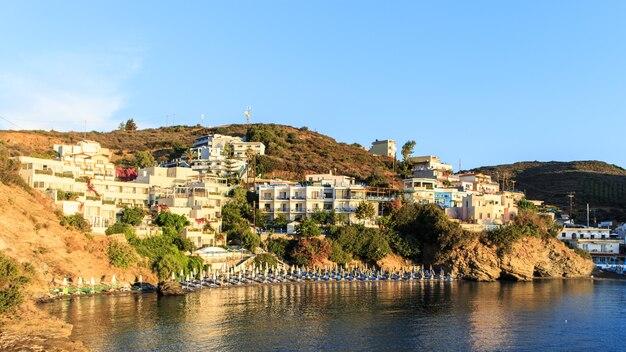Panorama bali, kreta, grecja wcześnie w słoneczny poranek