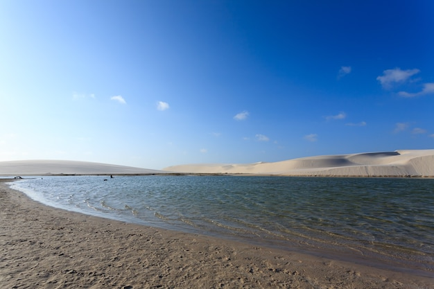 Panorama białych wydm z parku narodowego lencois maranhenses w brazylii. laguna deszczowa. brazylijski krajobraz