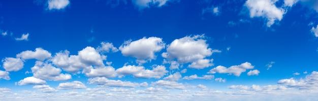Panorama błękitne niebo i białe chmury. bfluffy chmura na tle niebieskiego nieba