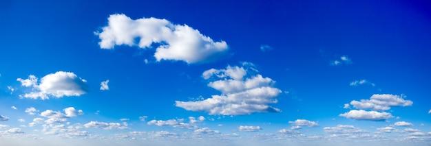 Panorama błękitne niebo i białe chmury