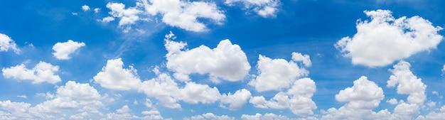 Panorama błękitne niebo i chmury z naturalnym tłem światła dziennego.