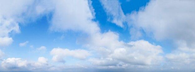 Panorama błękitne niebo z chmurami