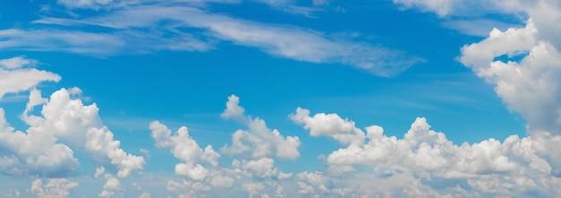 Panorama błękitnego nieba z białymi chmurami przy słonecznej pogodzie