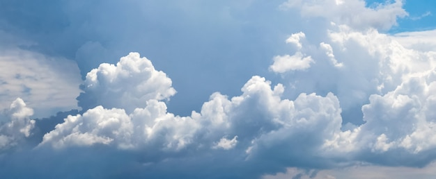 Panorama błękitnego nieba z białymi kręconymi chmurami