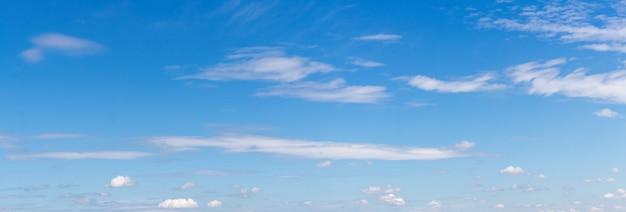 Panorama błękitnego nieba z pojedynczymi białymi chmurami