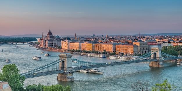 Panorama budapesztu o zachodzie słońca. węgierskie zabytki