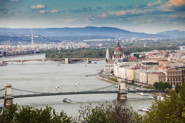 Panorama budapesztu, węgry, widok na most łańcuchowy i budynek parlamentu