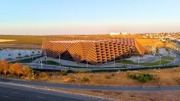 Panorama chisinau arena nakręcona na dronie podczas zachodu słońca w mołdawii